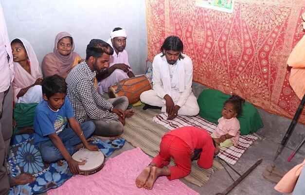 印度21岁男子患病体型如6个月婴儿 被当教神转世 - 钟儿丫 - 响铃垭人