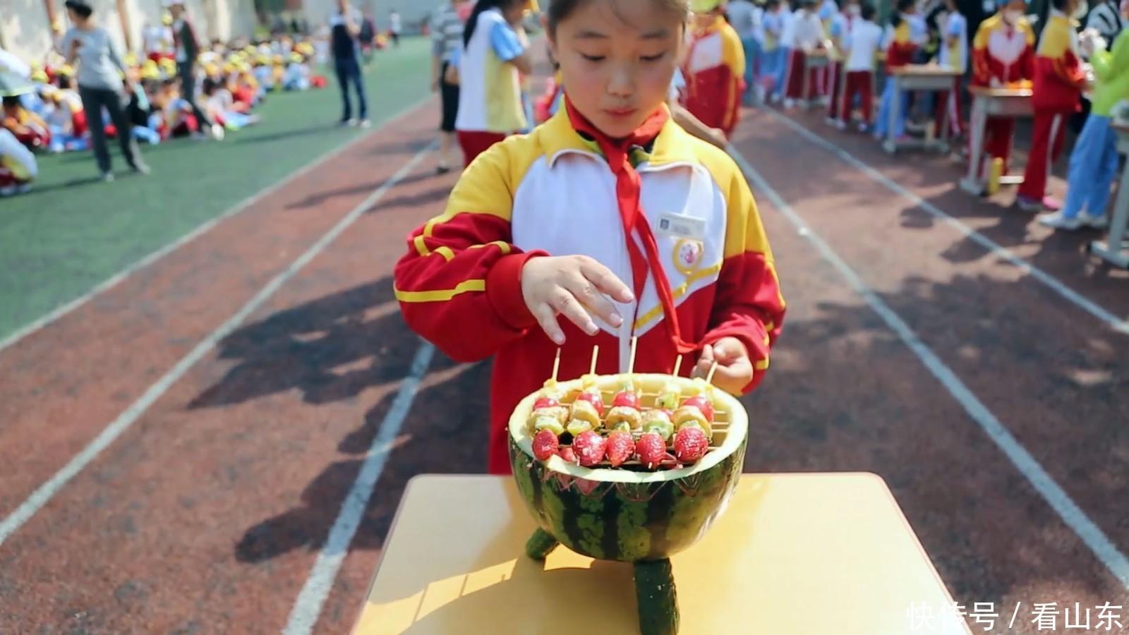 """运动会小学生比拼""""创意果盘"""" 花式繁多堪比大厨图片"""