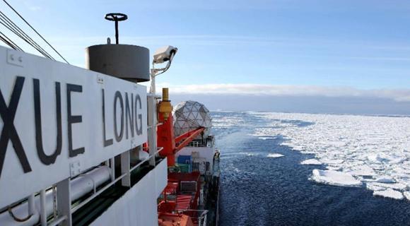 """""""雪龙""""号驶入南大洋浮冰区"""