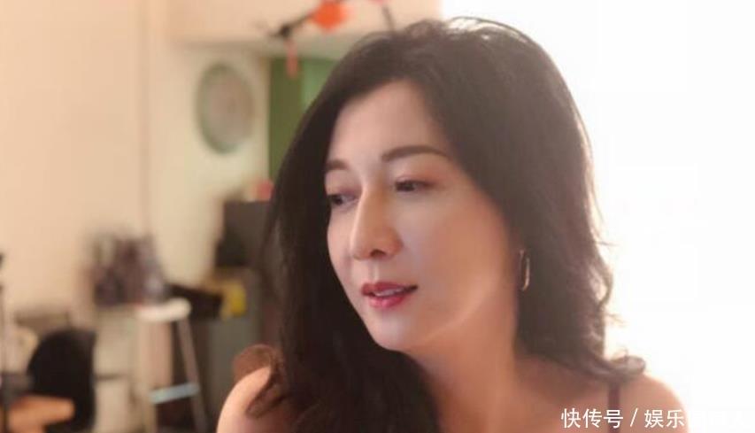 45岁吴绮莉外出v路人被拍,路人朴素似一家,颜值开才能穿着怎么样情趣用品店淘宝图片