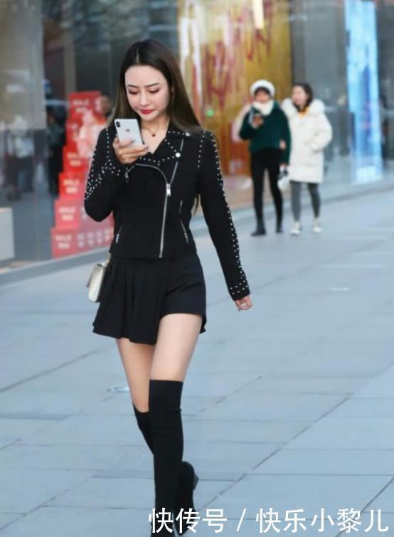 街拍:芳馨满体的美女,一条黑色的长袖连衣裙,时尚魅力气质十足