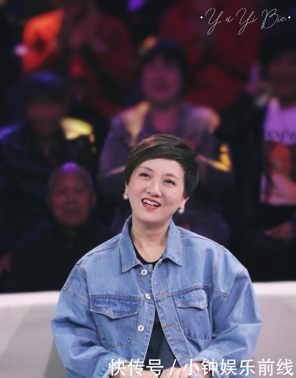 62岁邓婕黑裙配短发优雅大气!刘晓庆印花裙配马尾太少女,不像64图片