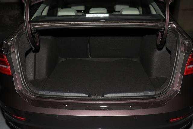 大众全新朗逸:后备箱空间展示 5,车型美图: 全新朗逸的底盘更换为