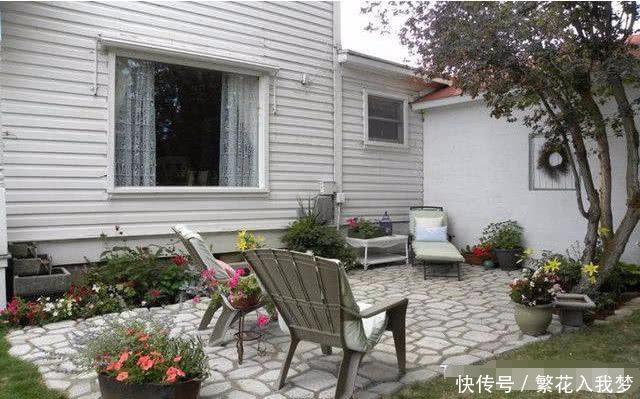 第三款别墅庭院设计走的是中式田园风。这款庭院的面积不是很大,可用空间有限,所以整体的布局上都力求简约。在这块不大的庭院里,最亮眼的就是屋主种植的各色小花,色彩斑斓,大小不一,给人很美妙的视觉享受。 庭院里还摆放了几把休闲座椅,这样的空间就是用来享受生活的,当你被繁忙的生活所累时,就来到这里吧,躺在座椅上,静静的享受着花香,和煦的微风拂来,能够将你的所有烦闷全部带走!