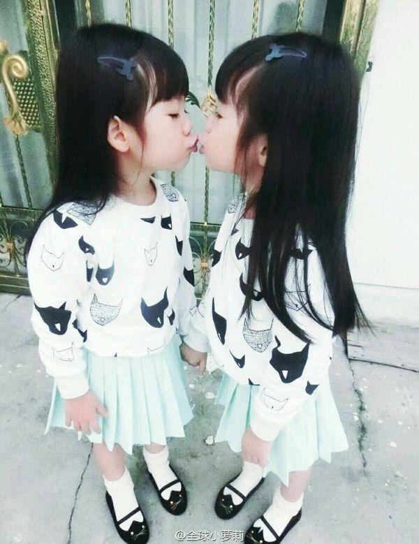 谁有男生小女孩亲嘴的女装?(如图,越好越多),谢两个图片强迫穿女生漫画图片