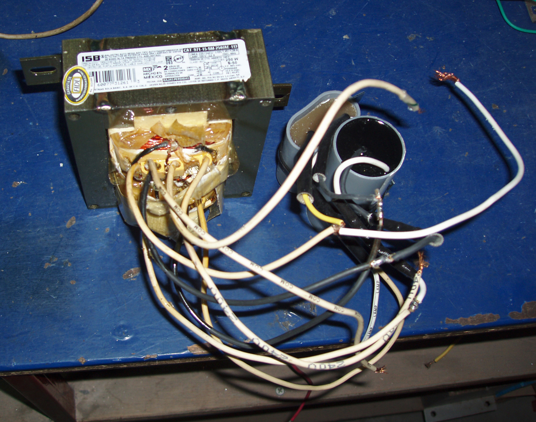 利用变压器的漏磁性能等效作为电感型镇流器应用,属于滞后型镇流器.