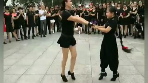 祖孙俩共舞水兵舞