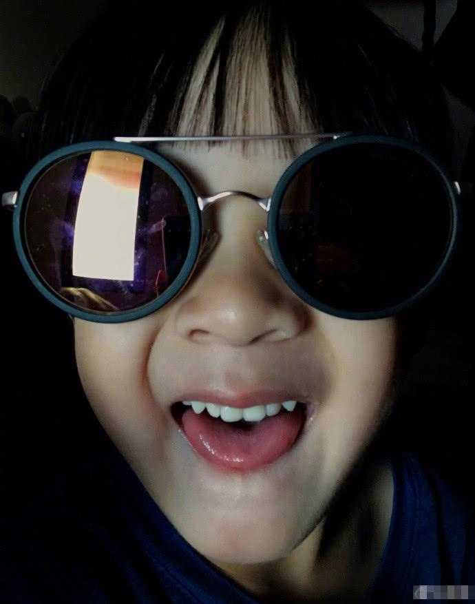 还给neinei拍了一张大头贴,她开心到飞起,戴着墨镜两颗小虎牙太可爱.
