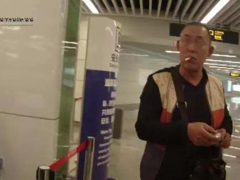醉酒男携菜刀进地铁被拒 打滚骂娘跳扶梯