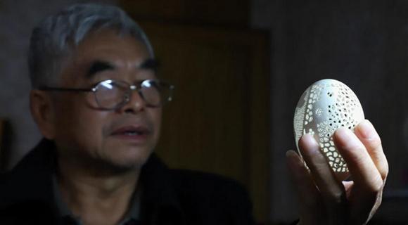 贵州六旬老人热衷蛋雕 已有千余件作品