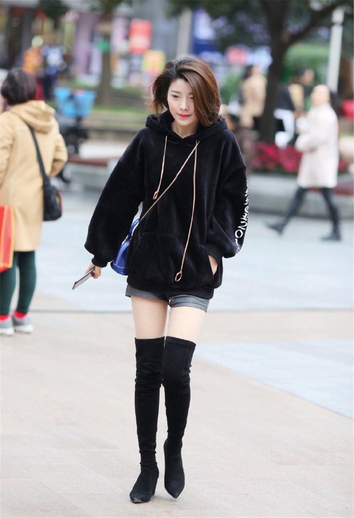 """路人街拍:短发小姐姐脚踩""""及膝鞋"""",走在街上时髦又养眼!"""