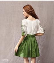 墨绿色的百褶裙配什么颜色的上衣 鞋子如何搭