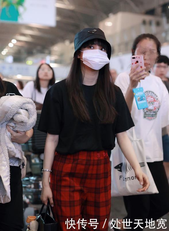 欧阳娜娜身穿黑色T恤现身机场,打扮时尚清新少女感十足!