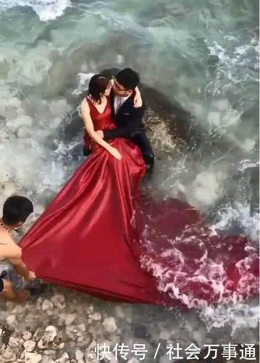 情侣海边拍婚纱照,海浪打过来海水一片红,场面瞬间尴了