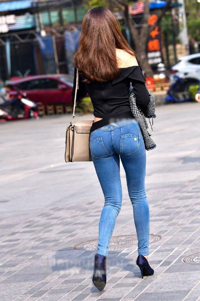 欧美大屁股牛仔裤街拍视频_街拍:低腰紧身牛仔裤,对身材的展示真是一个美!
