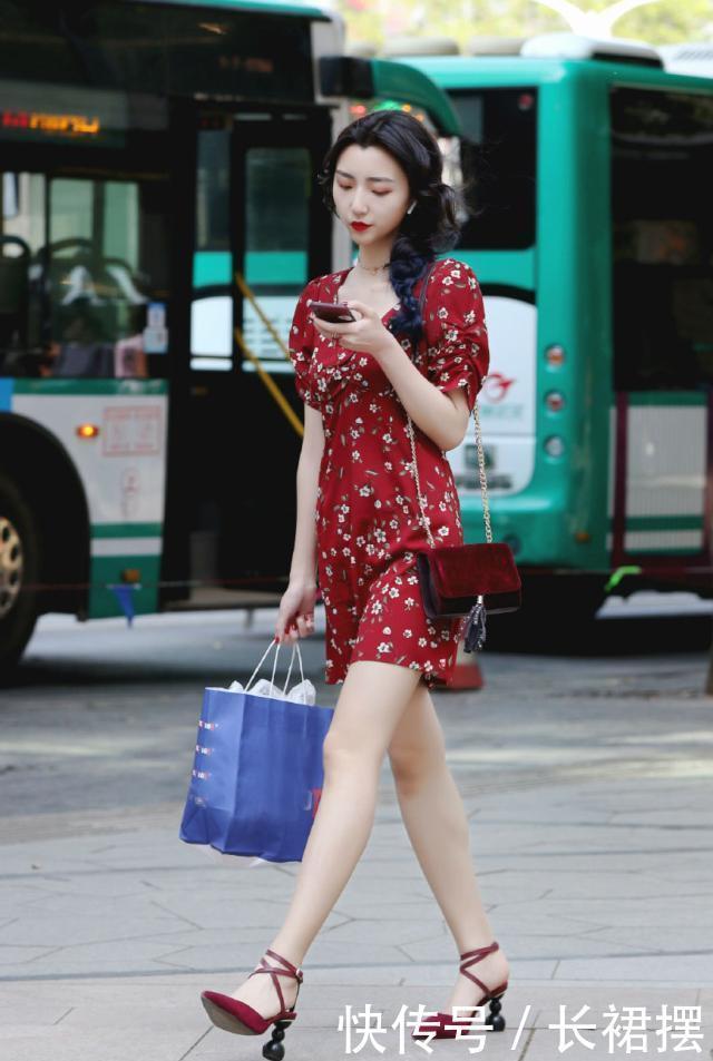 红色的短袖连衣裙,点缀着白色的花朵,极具清新甜美的味道!