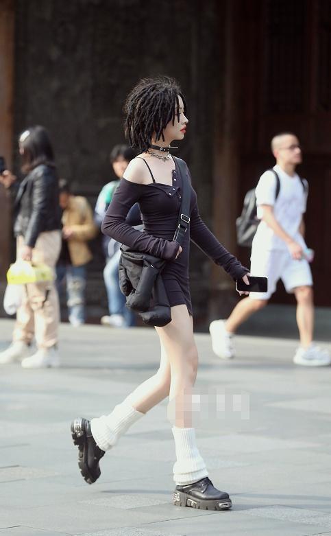 街拍:脏辫美女穿斜露肩紧身连衣短裙,皮鞋配小腿袜撩人十足插图