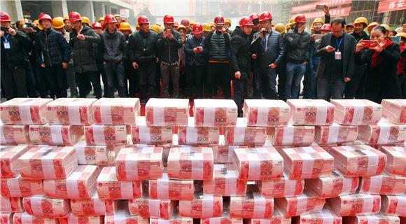 西安一建设工地现场发放1200万工资奖金