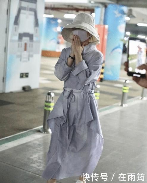 赵丽颖产后独自现身机场,路人疯狂围观拍照,她慌忙捂脸快步走开