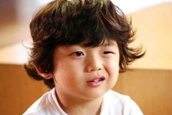 曾是韩国表情表情的他,如今15岁的长相帅气卡米尔男孩包图片