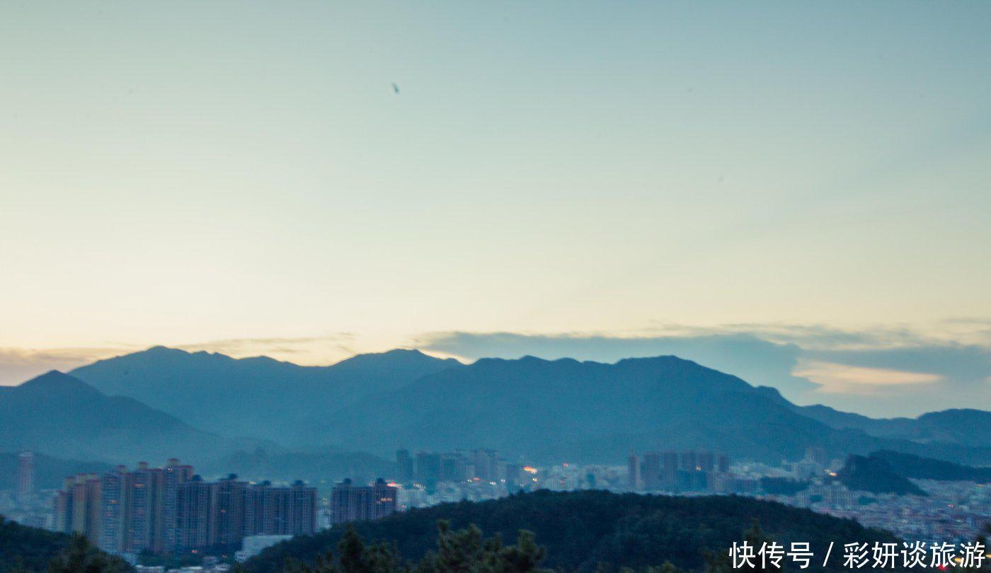 广东省石材业发达的云浮市,把切割机械放在公园,尴尬又危险