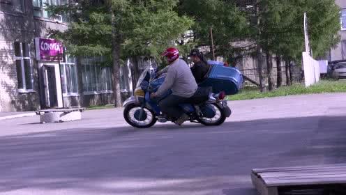 花絮: 270在俄罗斯表演摩托车特技:翘斗飞轮