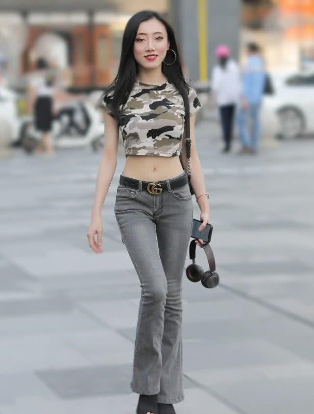 路人街拍:很有镜头感的长发小姐姐,一袭灰色牛仔裤超时尚!