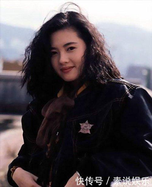 14岁被星探发掘入行娱乐圈,成为蜜桃女孩,最火