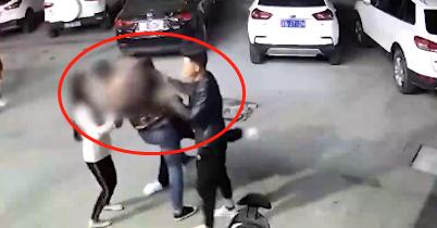 女子与家人散步时被陌生男子调戏,丈夫出面阻止被持刀追砍!