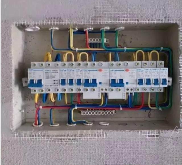 当总配电箱的漏电开关打不上去,一打上去就跳闸,原因是什么?