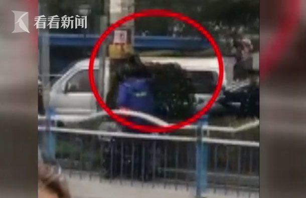 【转】北京时间      男子路遇纠违 大庭广众手掐协警喉咙五分钟 - 妙康居士 - 妙康居士~晴樵雪读的博客
