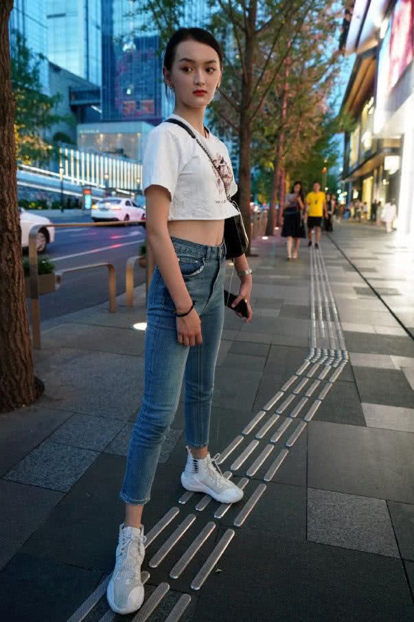 """路人街拍:小姐姐""""2分""""T搭配牛仔裤,站在街边非常吸睛!"""