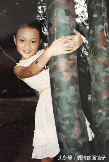 李小璐小时候的照片,笑起来有两个小酒窝,很是可爱.