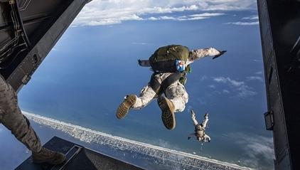 男子即将跳伞时被路人发现没系安全带, 立即停下捡回一命