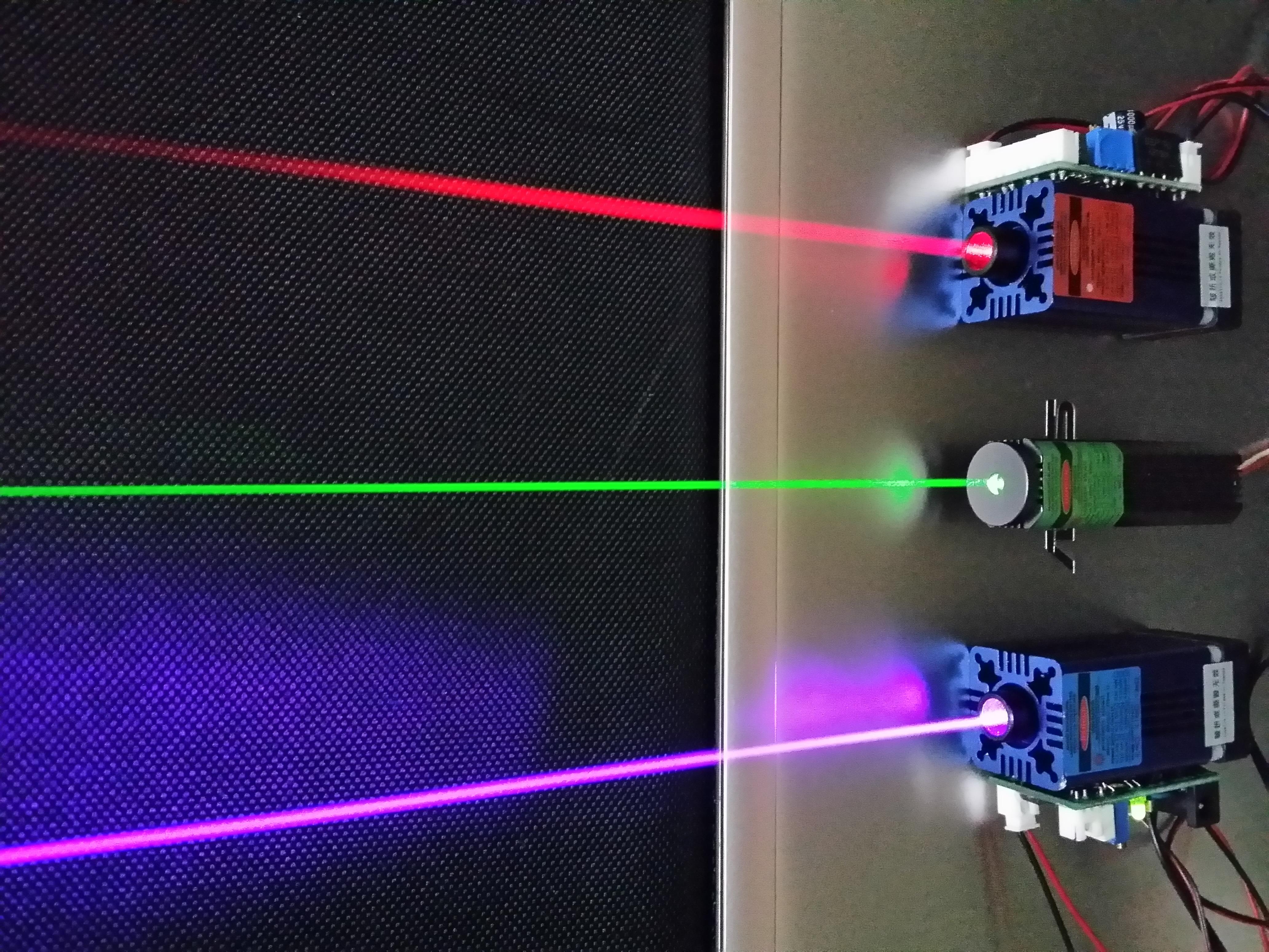 激光是20世纪60年代的新光源,具有方向性好,亮度高,单色性好和高能量