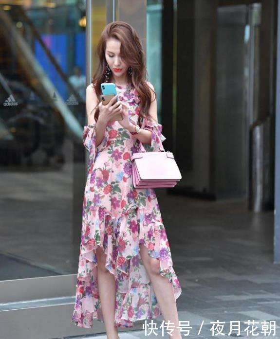 街拍:秀丽端庄的小姐姐,一条碎花连衣裙,时尚优雅气质女人味