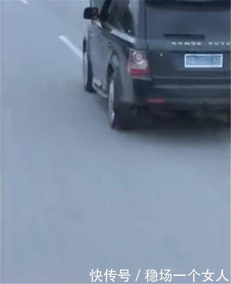 190万路虎揽胜现街头,车头处引擎盖开启,车主仍行驶,无视危险