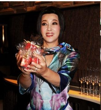 刘晓庆美国结婚_刘晓庆早前在美国同富商王晓玉结婚,当天她现场派喜糖,同大家分享