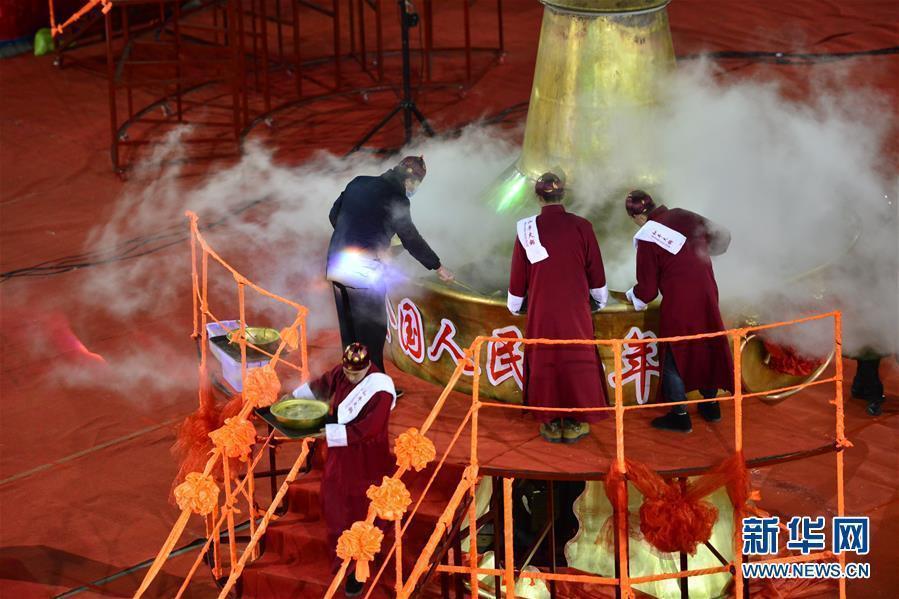 世界上最大的火锅,在山西大同惊现,厨师需架梯子才能添菜——该铜火锅重达3767公斤、高5.17米、直径3.57米,一锅能加工出约1000公斤的食材,可同时供近1000人用餐。——组图 - 江南一叟 - 江南一叟新闻眼  江南一叟欢迎您
