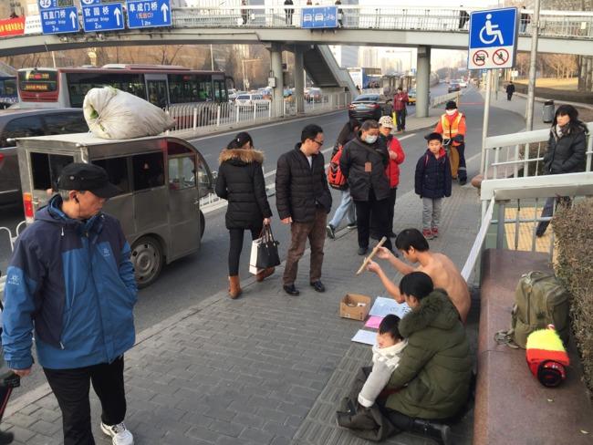 男子地铁口打股救子 10元一棍筹钱 - 周公乐 - xinhua8848 的博客