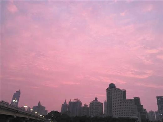 """南宁天空变""""魔法"""" 惊现粉红色天空"""