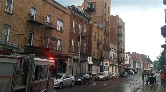 美国纽约州一建筑坍塌 碎石满地汽车被砸中