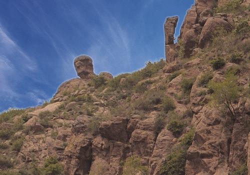 苏木山森林公园旅游区之雄奇,首先在天那怪石嶙峋,形态各异的山岩