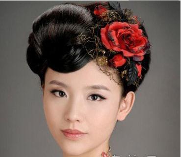 中式新娘盘发一:新娘发型上点缀着三朵红色小花,喜庆浪漫,新娘的那种图片