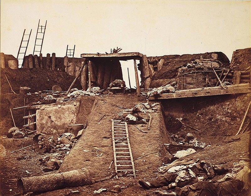 第二次鸦片战争期间老照片,战场一片狼藉,斩首的现场群众围观
