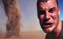 男子在沙漠与龙卷风霸气合影