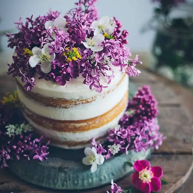(点小图查看大图)  花艺蛋糕--美好与甜蜜的结合,让唯美的鲜花和甜蜜的蛋糕一起,有种幸福加倍的感觉。 花艺蛋糕对于人们来说,可能除了美味与香甜,更多的是希望能让人们一起分享这一刻的温馨与甜蜜,这一秒的精致生活与幸福时光。 (点小图查看大图)  花艺与蛋糕,都是两种充满少女情怀的事物。如果是花艺与蛋糕完美融合,又会带来怎样的视觉盛宴与非凡感受呢?