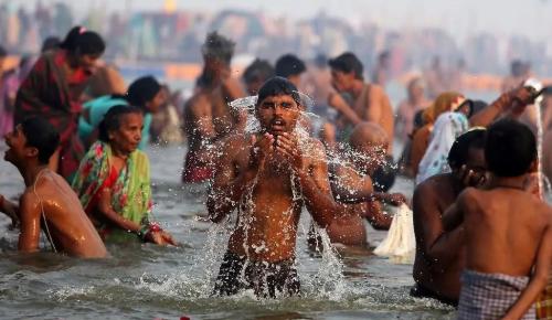 命都不要了!印度超两百万人聚在恒河沐浴!大部分人都没戴口罩!