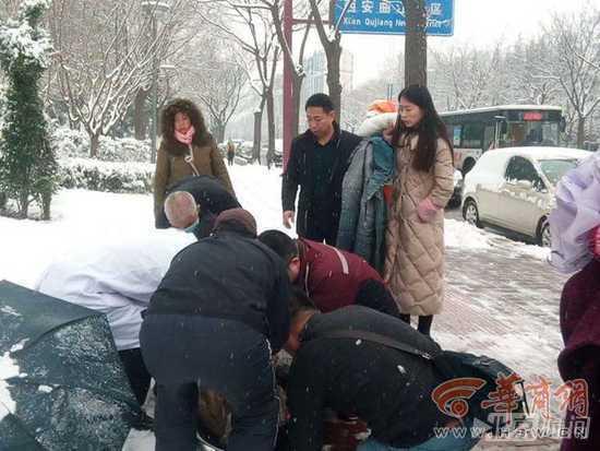 【转】北京时间      西安70岁老太雪天滑倒 路人脱衣为其取暖 - 妙康居士 - 妙康居士~晴樵雪读的博客