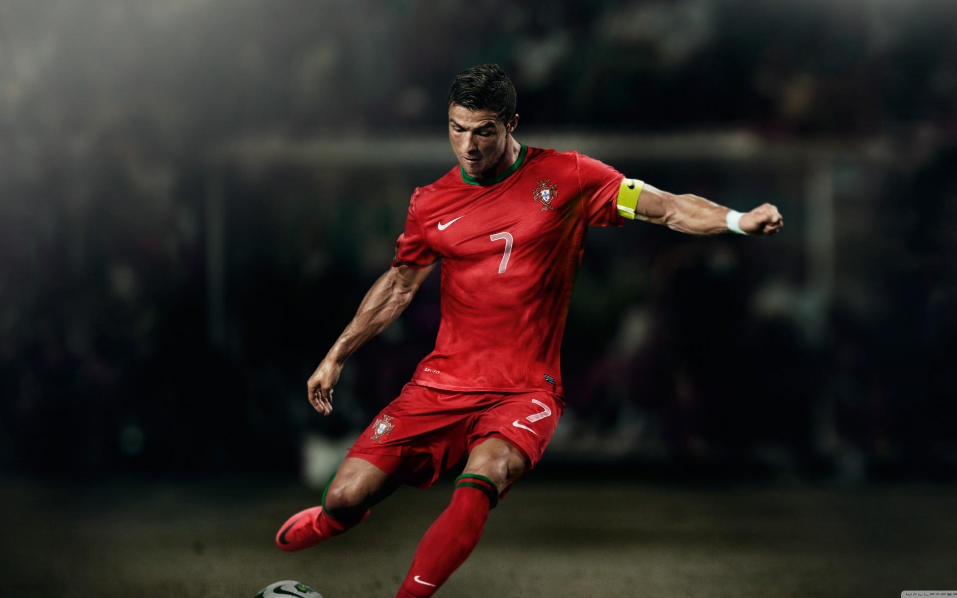 西班牙范围: 纪录36:在客场挑战西班牙人的比赛中独中五元后,C罗成为西班牙足坛历史上,戴帽次数最多的球员,CR7总共33次单场攻入3球或者3球以上。 纪录37:C罗是第一位在单赛季攻破西甲所有球队大门的球员。 纪录38:C罗是第一位连续6场国家德比中都有进球的球员。 纪录39:C罗是第一位在单赛季西甲联赛中,收获20粒客场进球的球员。 纪录40:在单赛季取得进球的场次上,C罗在2011-12赛季的27场破门为西甲之最,这一纪录C罗同梅西共享。 纪录41:在3场连续的西甲联赛中,C罗的曾经累计攻入9球,这